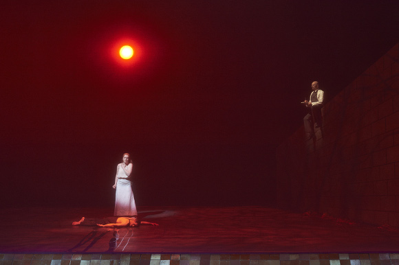 0784 – (l-r) Noam Markus as the Lover (lying down), Krisztina Szabó as the Woman and Mark Johnson as the Psychiatrist in the Canadian Opera Company production of Erwartung, 2015. Conductor Johannes Debus, director Robert Lepage, revival director François Racine, set and costume designer Michael Levine, and lighting designer Robert Thomson.  Photo: Michael Cooper Michael Cooper Photographic Office- 416-466-4474 Mobile- 416-938-7558 66 Coleridge Ave. Toronto, ON M4C 4H5